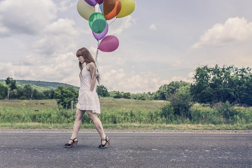 žena s balonky