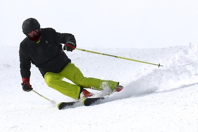 lyžař s helmou
