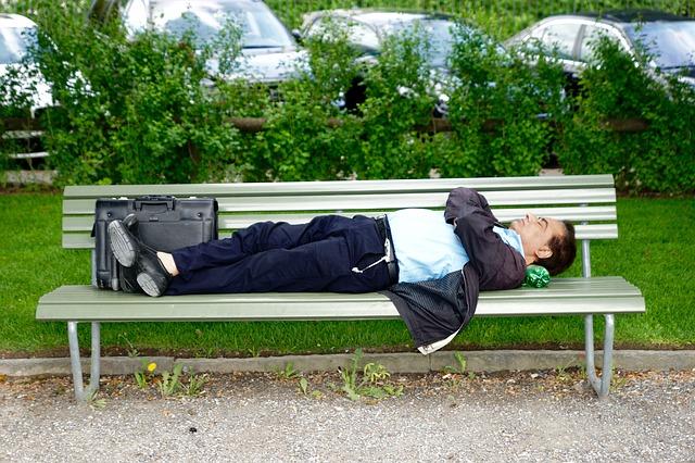 spánek na lavičce