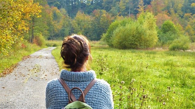 žena před lesem