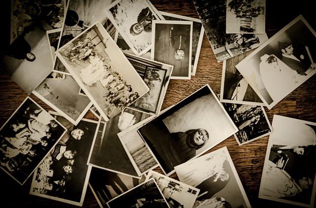 hromada starých fotografií
